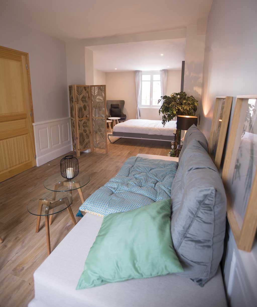 Chambre ReN les 2 lits simples en canapé, dans le fond lit double ouvert