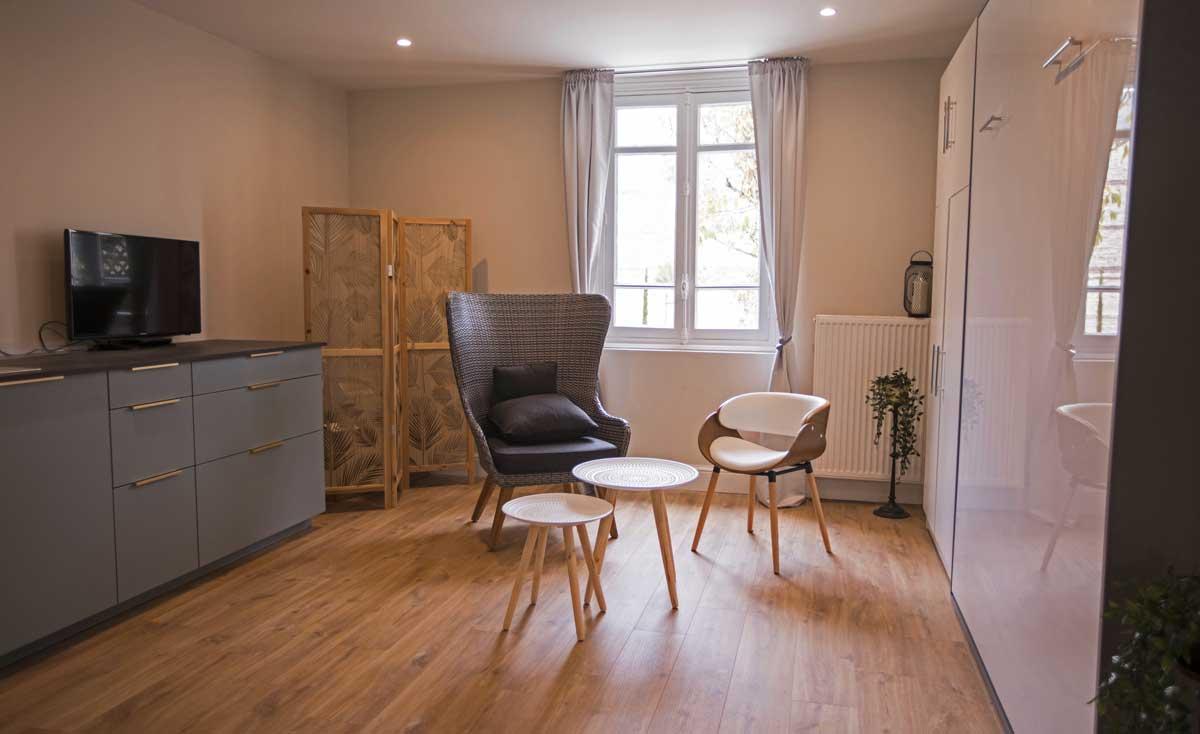 Chambre ReN, lit double fermé avec kitchenette et TV