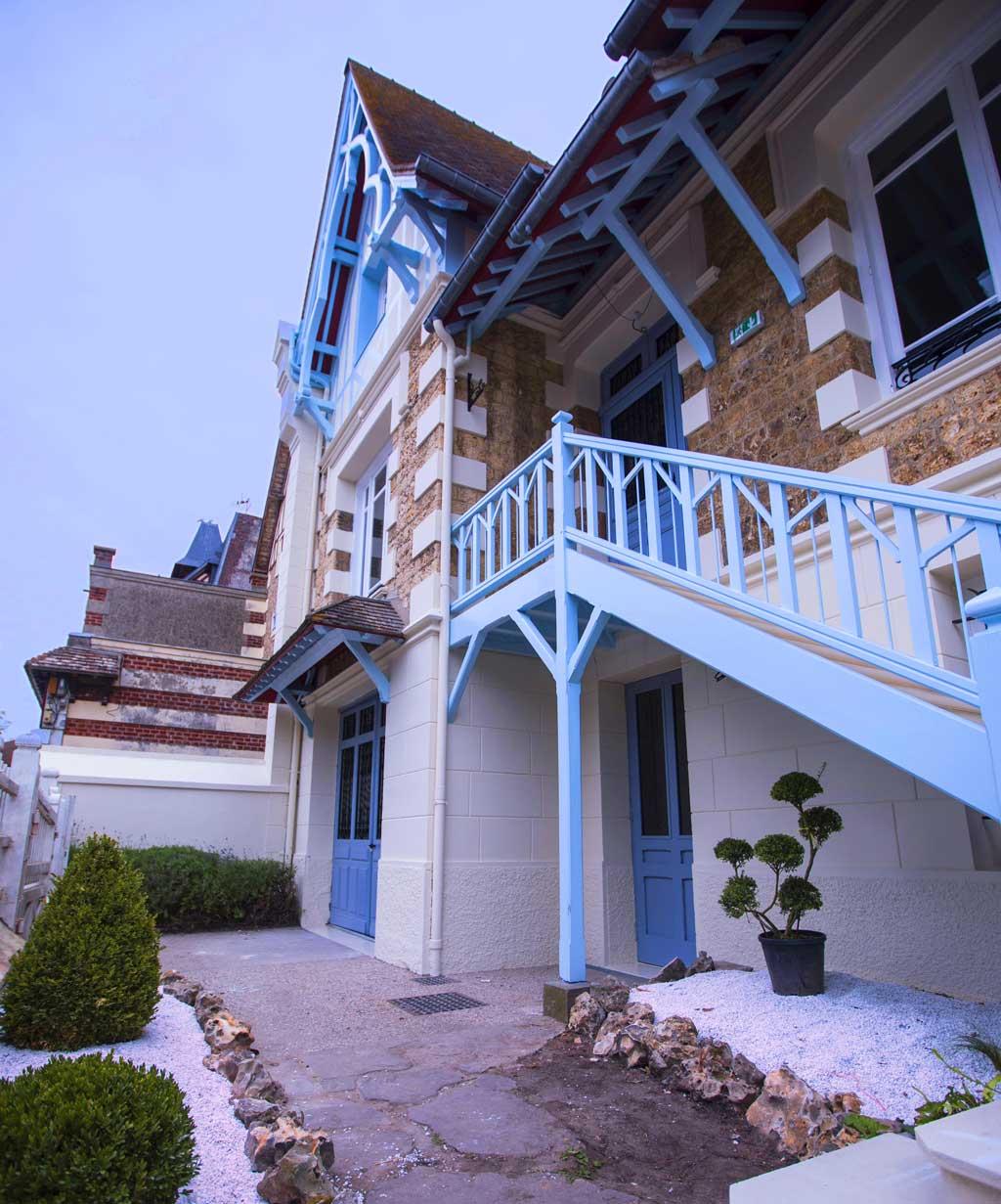 Façade de La maison ReN à Deauville, entrée du rez-de-jardin sous l'escalier