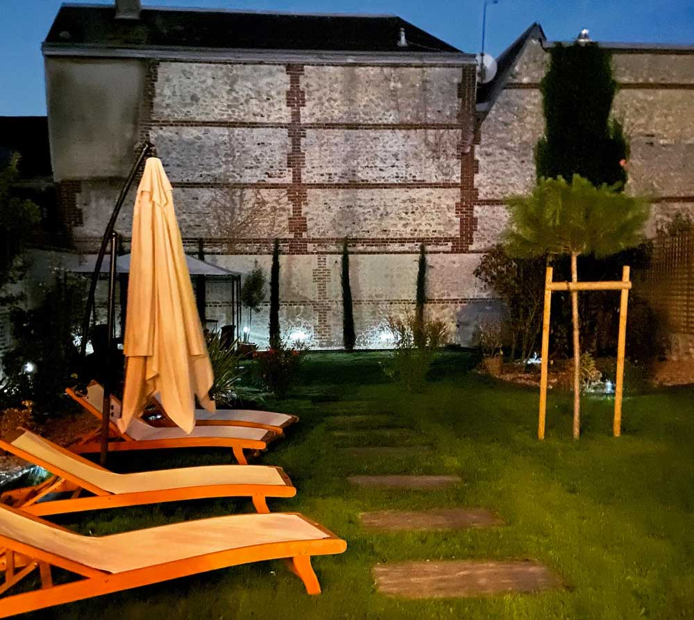 Extérieurs nuit, Jardin clos de la Maison ReN