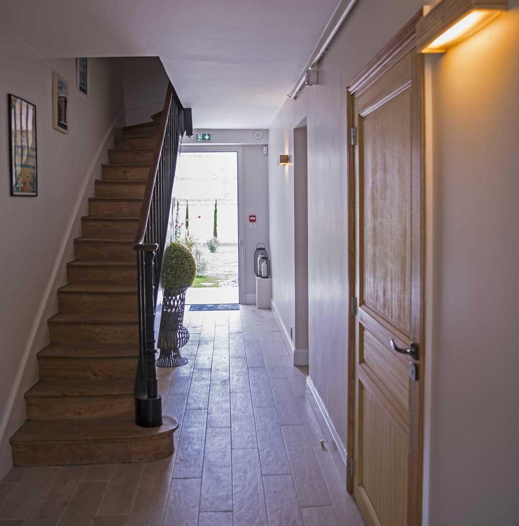 Escalier vers le niveau 1 et ouverture sur le jardin de la Maison ReN
