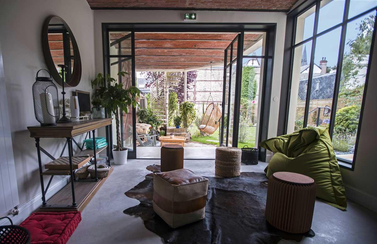 Espace détente et terrasse couverte