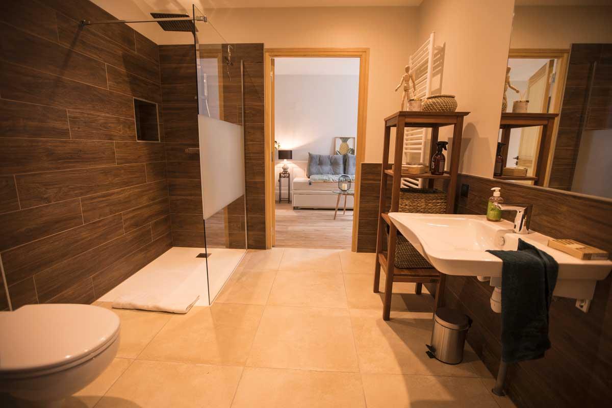 Salle de douche - accès PMR du rez-de-jardin de la Maison ReN à Deauville