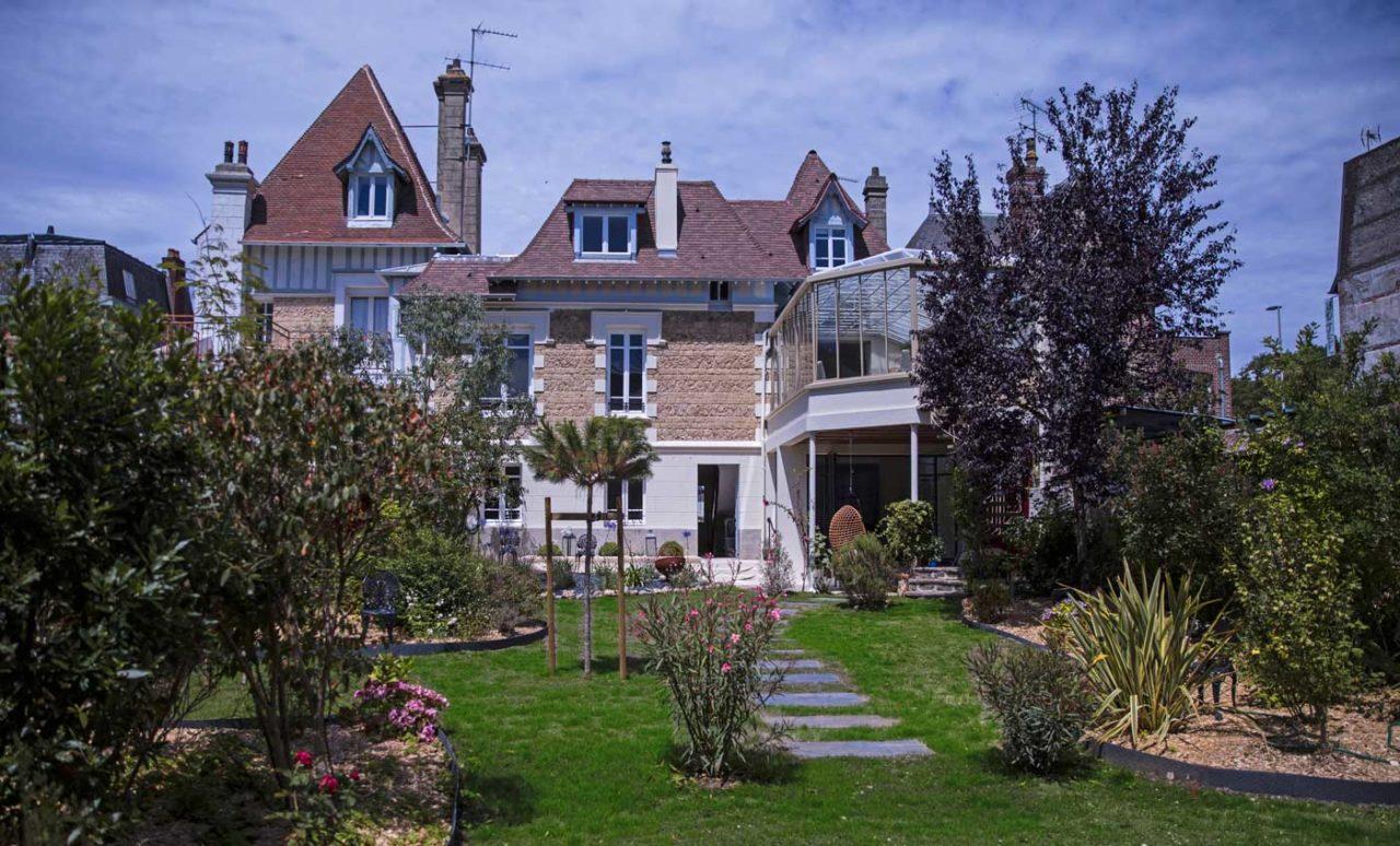 Vue du jardin de La Maison ReN à Deauville